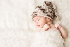 新出生,睡觉在白色床,美丽的新生儿画象上的婴孩 库存照片
