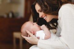 新出生婴孩愉快的母亲 免版税图库摄影