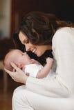 新出生婴孩愉快的母亲 免版税库存图片
