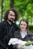 新出生婴孩的夫妇他们的年轻人 库存照片