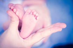 新出生婴孩的英尺 免版税库存照片