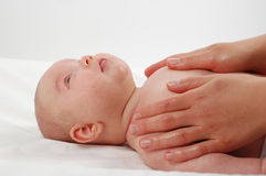 新出生15儿童的按摩 免版税库存图片