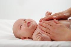 新出生6儿童的按摩 免版税库存图片