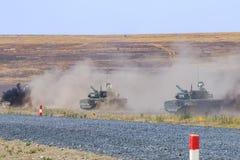 新切尔卡斯特,俄罗斯, 2017年8月26日:一些辆现代T-90坦克移动在军事训练地面 库存照片