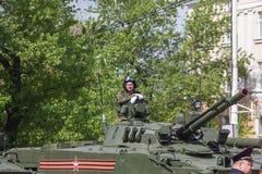 新切尔卡斯特2017年5月9日:驾驶在街道上的未认出的俄国战士一辆坦克在胜利天游行 免版税库存照片
