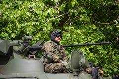 新切尔卡斯特2017年5月9日:驾驶在街道上的未认出的俄国战士一辆坦克在胜利天游行 库存图片