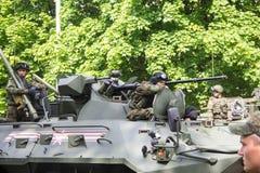 新切尔卡斯特2017年5月9日:驾驶在街道上的未认出的俄国战士一辆坦克在胜利天游行 库存照片