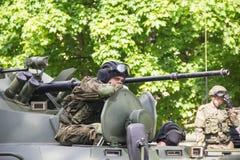 新切尔卡斯特2017年5月9日:驾驶在街道上的未认出的俄国战士一辆坦克在胜利天游行 免版税库存图片