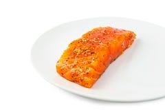 新切片三文鱼用在白色隔绝的板材的草本 库存图片