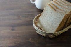 新切片自创全麦面包和咖啡杯在wo 免版税库存照片