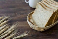新切片自创全麦面包和咖啡杯在wo 库存图片