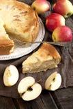 新切片苹果饼用整个饼在背景中 免版税图库摄影