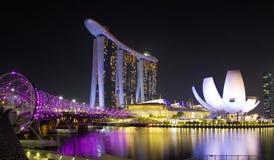 新加坡、小游艇船坞、螺旋桥梁和地平线 免版税库存图片