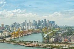 新加坡与中央事务Dis的航运港鸟瞰图  免版税库存图片