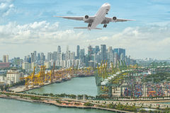 新加坡与中央事务Dis的航运港鸟瞰图  免版税库存照片