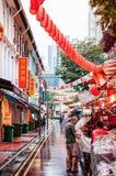新加坡与红色灯笼和当地亚裔人民的街市 免版税库存照片