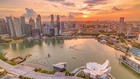 新加坡与财政区摩天大楼的小游艇船坞海湾全景在港口timelapse反射的日落光的 影视素材