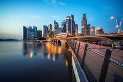 新加坡中心商务区地平线在蓝色小时 免版税库存照片
