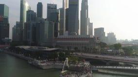 新加坡中部看法:Merlion狮子与一家富乐顿旅馆的喷泉雕塑和在背景的财政塔 股票视频