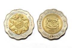 新加坡五美元第50联合国周年硬币的双方 库存图片