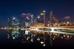 新加坡商业区地平线在小游艇船坞海湾的夜,唱歌 库存图片