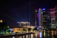 新加坡在夜和激光展示里 图库摄影