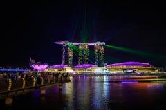 新加坡在夜和激光展示里 免版税库存照片