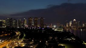 新加坡在夜有弗累斯大转轮和小游艇船坞海湾沙子的,夜新加坡生活都市风景全景之前 射击 新加坡,城市 影视素材