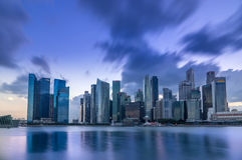 新加坡在太阳集合以后的商业区地平线 免版税库存照片