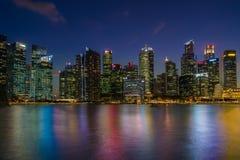 新加坡在太阳集合以后的商业区地平线 库存图片