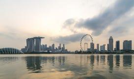 新加坡在小游艇船坞海湾的市地平线在日落期间 免版税库存图片