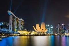 新加坡在微明的地平线都市风景在小游艇船坞海湾 库存照片