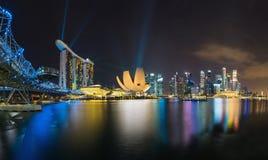 新加坡在微明的地平线都市风景在小游艇船坞海湾 库存图片