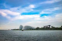新加坡在日落的地平线都市风景在小游艇船坞海湾 库存图片