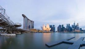 新加坡在日落的地平线都市风景在小游艇船坞海湾 图库摄影
