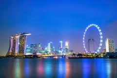 新加坡在晚上- MBS旅馆和SINFLYER 库存图片
