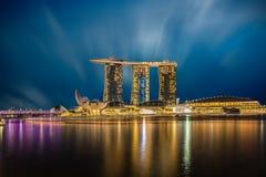 新加坡在黄昏的市地平线,小游艇船坞海湾地平线,新加坡 图库摄影