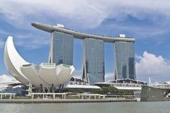 新加坡在ArtScience博物馆和小游艇船坞海湾沙子的市视图 库存照片
