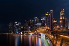 新加坡地平线和被阐明的财政区夜视图, 库存图片