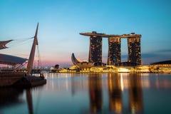 新加坡地平线在从小游艇船坞海湾的晚上 免版税库存照片