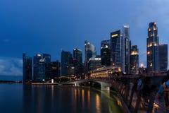 新加坡地平线黄昏和被阐明的财政区夜 免版税库存照片