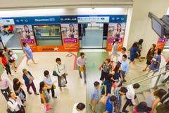 新加坡地铁站的人们 免版税库存照片