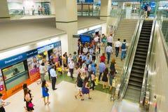 新加坡地铁车站的人们 免版税库存照片