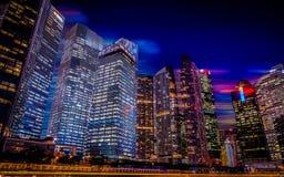 新加坡夜城市scape,小游艇船坞海湾 库存照片