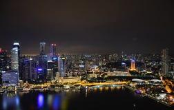 新加坡夜空  反射和强光在水 1次鸟飞行s 免版税库存照片