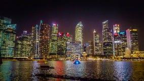新加坡夜视图从小游艇船坞海湾沙子的 免版税库存照片