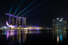 新加坡小游艇船坞与激光展示的海湾地平线 免版税图库摄影