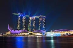 新加坡小游艇船坞夜激光之前照亮的海湾沙子显示 免版税库存照片