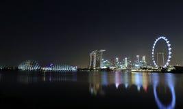 新加坡小游艇船坞海湾署名地平线夜视图  免版税库存图片