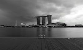 新加坡小游艇船坞海湾署名地平线的看法在黑白照片的横跨甲板 免版税图库摄影